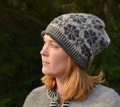 Det kanske mest kända mönstret från Öland är Blommor och Väderkvarn. Mönstret föreställer stiliserade väderkvarnar och blomman Ölandssolvända. Här har jag stickat en underbart vacker mössa i… How To Start Knitting, How To Purl Knit, Hand Knitting, Knitting Patterns, Bandeau, Crochet Fashion, Headpiece, Ravelry, Knitted Hats
