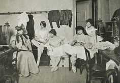 Cléo de Mérode and dancers of the Paris Opera in 1896. (http://theredlist.fr/wiki-2-24-525-770-925-view-1900s-1-profile-cleo-de-merode.html#)