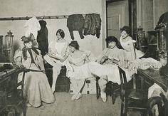 Cléo de Mérode and dancers of the Paris Opera in 1896. (http://theredlist.fr/wiki-2-24-525-770-925-view-1900s-1-profile-cleo-de-merode.html#)