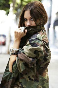 秋冬のトレンド。大人っぽく女性らしく着こなすカモフラ柄♡ - NAVER まとめ