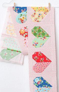 Der Herz Quilt Block ist das erste Muster des 2018er 6 Köpfe 12 Blöcke Quilts. Dieses Jahr wird mein Quilt ganz bunt vor einem Low Volume Hintergrund... Quilt Baby, Farmhouse Quilts, Tips & Tricks, Flying Geese, Vintage Farmhouse, Bunt, Quilt Blocks, Quilt Patterns, Eye Candy