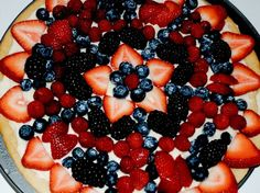 of July Fruit Pizza with Cream Cheese Sauce Sweets Recipes, Just Desserts, Delicious Desserts, Cooking Recipes, Yummy Food, What's Cooking, Fruit Recipes, Yummy Treats, Sweet Treats