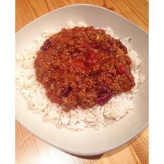 A winter warmer made clean and lean  chilli con carne using lean turkey mince chopped tomatoes and kidney beans as the core ingredients  all cooked in @lucybeecoconut oil and served with basmati rice  happy Monday! #healthy #healthyfood #cleaneats #cleaneating #eatclean #iifym #macros #fitfam #fitfamuk #fitness #fitnessfood #fitspiration #protein #weightloss #fatloss #wholefoods #strongnotskinny #foodie #foodisfuel #foodblogger #abs #absaremadeinthekitchen #gym #monday #motivation #whole30…
