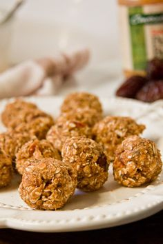 Oatmeal balls - makes 16 1 cup oats cup oat flour tsp salt cup pecans, roughly chopped 4 dates, pitted and roughly chopped 1 large banana, mashed 1 tsp cinnamon 3 Tbsp peanut butter 3 Tbsp honey 2 Tbsp ground flaxseed (optional) Healthy Bars, Healthy Sweet Treats, Healthy Baking, Healthy Snacks, Healthy Recipes, Healthy Habits, Yummy Treats, Yummy Recipes, Healthy Oatmeal Breakfast