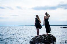 Tytöt tuulisella rannalla