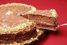 Bolo com creme crocante, essa dupla chocolate e amendoim faz o sucesso desse bolo com creme crocante. Para deixá-lo ainda mais irresistível, coloque em potinhos fracionados e venda a porção unitária e ganhe dinheiro.      Bolo com