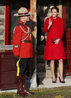 Catherine in Carolina Herrera coat with Tods pumps - (Royal Tour Canada) MacBride Museum of Yukon History, Whitehorse, September 2016 Moda Kate Middleton, Kate Middleton Outfits, Kate Middleton Style, Duke William, Prince William And Catherine, Princess Mary, Princess Charlotte, Fast Fashion, Duke And Duchess