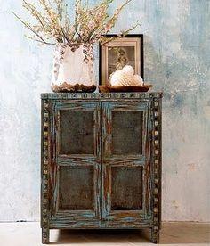 Des vieux meubles oui...mais en bleu !