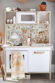 Wir haben sie wohl (fast) alle Zuhause: die Ikea Kinderküche. Und auf unsererPinterest-Pinnwandwohltausend Ideen, wie man sie pimpen könnte. Die schönsten haben wir für Euch zusammengetragen. Klar können wir die Ikea Kinderküche auch einfach so in die unsere stellen. Aber ein bisschen Farbe steht der kleinen Küche ausgezeichnet. Oder Tapete. Oder Gold. Aber seht selbst. PhotoBecause it's awesome Graue Türchen, Kupfergeschirr und ganz viel Vintage Accessoires. PhotoBringing Happiness Auf…