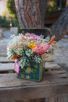 Cajas antiguas vintage con centro de flores
