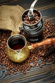Chemex Coffee, Coffee Cafe, Espresso Coffee, Coffee Drinks, Café Chocolate, Pause Café, Fresh Roasted Coffee, Coffee Pictures, Coffee Photography