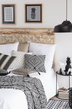 diy deco chambre pour fabriquer une tete de lit en palettes, motif azteque blanc, longe de lit, coussins noir, blanc et beige, lampe noire, table de nuit moderne