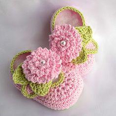 Adorable crochet shoes! ZAPATOS BEBE ROSA FLOR PERLA NIÑA CHIC ELEGANTE LINDO