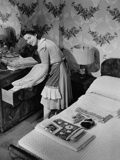 My collection of vintage housewife pics 1950s Housewife, Vintage Housewife, Housewife Humor, Vintage Photographs, Vintage Photos, Vintage Wife, Vintage Soul, Vintage Apron, Vintage Girls