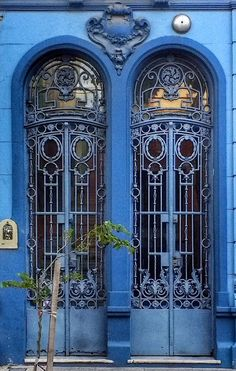 Double blue doord in Buenos Aires, Argentina.