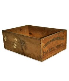 Antiga caixa de madeira para transporte do Leite Condensado Moça nos anos 50. Peça original, com marcas de uso ao longo do tempo.    www.desmobilia.com.br