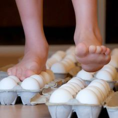 Do you dare try this experiment? Walking on eggs (without breaking them of course)! But might be a fun idea for kid's science experiment later on. Egg Experiments, At Home Science Experiments, Preschool Science, Science Classroom, Science Fair, Teaching Science, Science For Kids, Science Activities, Activities For Kids