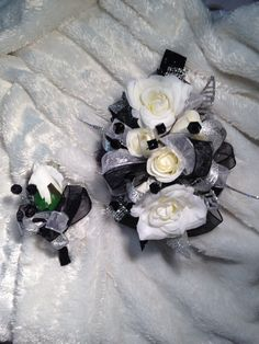 Hen House Designs is a full service silk florist in Denham Springs, LA specializing in wedding flowers and prom corsages, wreaths, holiday decorating and more. Corsage And Boutonniere, Boutonnieres, Prom Flowers, Bridal Flowers, Little Black Dress Classy, Black Corsage, Homecoming Corsage, Prom Dance, Prom 2016
