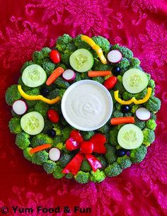 Make this Veggie Wreath Tray as the perfect addition to your holiday kids' table! Christmas Veggie Tray, Christmas Party Food, Xmas Food, Christmas Appetizers, Christmas Goodies, Christmas Desserts, Holiday Treats, Christmas Treats, Holiday Recipes