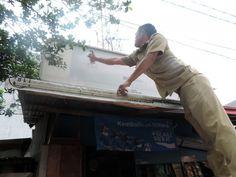 Kegiatan penertiban reklame rokok luar ruang oleh Unit Pelayanan Pajak Daerah Tambora di wilayah kelurahan Roa Malaka - 13 Jan 2016 - doc. Beritajakarta.com
