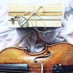 Wrocław jest dla mnie wciąż jeszcze nieprzeczytaną księgą która na każdej stronie odkrywa przede mną zupełnie nowe wątki.  Ile tu się dzieje i jak świetnie jest być częścią tej kulturalnej strony miasta! _________ #tv_retro | #bookstagram | #violinist | #skrzypce | #skrzypaczka | #ksiazki | #flatlayoftheday | #lovely_squares_1 | #shotwithlove | #pearls | #wood | #instrument | #geige | #fiddle | #the_gallery_of_magic | #creativeflatlays | #9vaga_stillife9 | #allthingsofbeauty_ | #booklover…