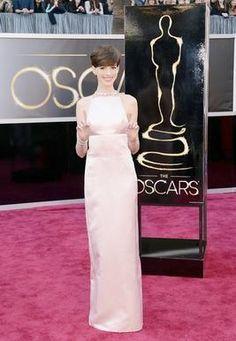 Anne Hathaway no me sorprendio con este vestido dice que lo eligio 3 horas antes de la alfombra roja.