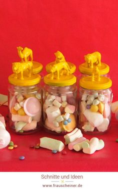 Upcycling Weckgläser, Gläser Deko, Deckel mit Tieren bekleben und mit Lack ansprühen, Geburtstag Mitgebsel Tüte DIY, Recycling von alten Gläsern, coole Deko mit Plastiktieren, Marshmallow Geschenke, DIY Idee Kindergeburtstag, Gastgeschenke bunt und fröhlich, geburtstagstüten #weckgläser #Kindergeburtstag #Mitgebsel Diy Recycling, Partys, Bunt, Unicorn, Cardboard Paper, Kid Birthdays, Recyle, Favors
