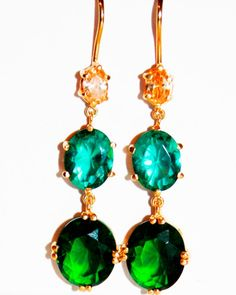 Pendientes de plata bañados en oro y piedras semipreciosas en color verde. Perfectos para una boda o una ocasión especial. #pendientes #pendienteslargos #pendientesnucca #nucca #hechoamano