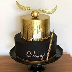 wedding cakes with cupcakes Por a - weddingcake Harry Potter Motto Party, Harry Potter Bday, Harry Potter Birthday Cake, Harry Potter Food, Harry Potter Torte, Harry Potter Wedding Cakes, Crazy Cakes, Fancy Cakes, Harry Potter Christmas Decorations
