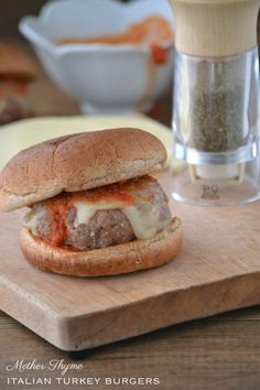 Italian Turkey Burgers, spagheti sauce, mozz cheese, and maybe with noodles? Burger Dogs, Turkey Burgers, Turkey Recipes, New Recipes, Favorite Recipes, Yummy Recipes, Heart Heathy Recipes, Delicious Burgers, Perfect Food