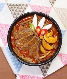 소고기국밥보다 진하고 얼큰한 육개장 황금레시피 알려드릴게요 토란대와 고사리 그리고 숙주나물이 꼭 들... Asian Recipes, Healthy Recipes, Ethnic Recipes, K Food, Smoker Cooking, I Want To Eat, Korean Food, Food Plating, Soups And Stews