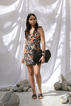 Vestido con estampado de flores negras Petite Studio, sandalias y bolsa tejida negra Steve Madden, brazaletes con piedra MAP.
