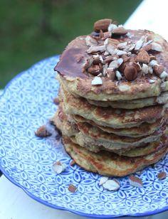 Små buttede bananpandekager til morgenmad eller som eftermiddagssnack smager så fint! Og de små bananfyldte herligheder tager ingen tid at bage - du kan klare dej og bagning på 15 minutter. God fornøjelse.  Hvis du er vild med banan, så finder du en masse opskrifter med banan lige her! Pr�....