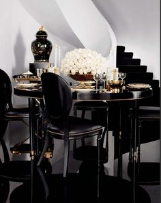 Black Interior Design: How This Colour Can Transform Your Dining Room Décor! Black Interior Design, Home Interior, Interior Decorating, Decorating Ideas, Window Decorating, Decorating Websites, Decor Ideas, Style Deco, Modern Dining Table
