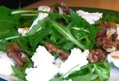 Kecskesajtos rukkola saláta recept képpel. Hozzávalók és az elkészítés részletes leírása. A kecskesajtos rukkola saláta elkészítési ideje: 10 perc Seaweed Salad, Summer Recipes, Vitamins, Beef, Meals, Chicken, Ethnic Recipes, Food, Diet