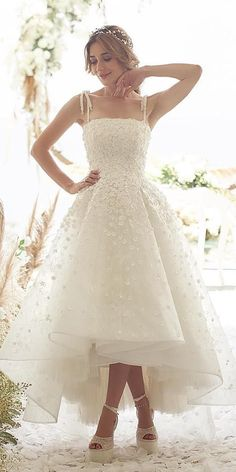 Trend Of The Year: 24 High Low Wedding Dresses For brides who can't decide between long and short dress, we offer the collection of high low dresses. High low wedding dresses are trend of the year Wedding Robe, Civil Wedding, Tea Length Wedding Dress, Wedding Gowns, Wedding Dress Midi, Wedding Dress Trends, Dream Wedding Dresses, Bridal Dresses, High Low Wedding Dresses