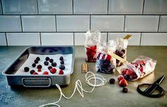 Заморозьте несколько видов ягод и храните их вморозильной камере, чтобы создавать на их основе разные смузи.