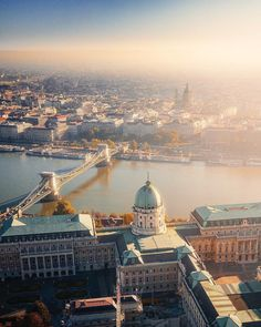 Budapest TOP Europe 📷 Look at the featured gallery to share the ❤️ 🌞 Cool Things Good Vibes 🌞 EBook 📔 (Self-Counsel 📎 Personal Self-Help 💎 ). Beautiful Places To Travel, Most Beautiful Cities, King B, Capital Of Hungary, Destinations, Europe Photos, Budapest Hungary, Wonders Of The World, Travel Inspiration