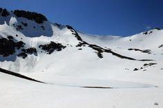 La laguna de fuentes carrionas que se encuentra en el parque natural fuentes carrionas y fuentes cobre, montaña palentina todavía con más nieve que agua.