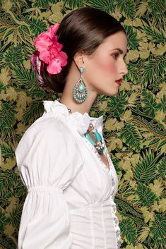 Frida loved flowers in her hair! Mexican Fashion, Mexican Style, Foto Fashion, World Of Fashion, Mode Russe, Estilo Hippy, Flowers In Hair, Her Hair, Bridal Hair