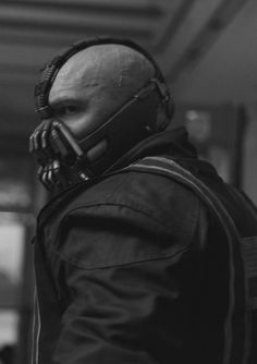 Bane wearing his Courier outfit. Bane Dark Knight, The Dark Knight Trilogy, The Dark Knight Rises, Batman Universe, Comics Universe, Tom Hardy Bane, Tom Hardy Batman, Bane Batman, Heath Ledger Joker