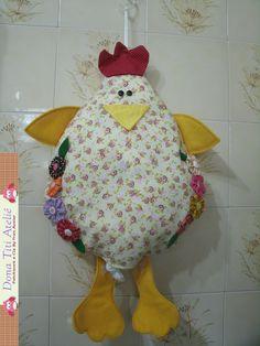 Puxa saco em formato de galinha, feito em tricoline com aplicação de fuxicos, pés e asas de feltro. <br>PEÇA ÚNICA, sem disponibilidade de encomenda