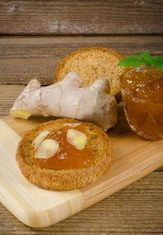 Geleia de Gengibre - 125 gramas de gengibre fresco ralado 1 e ½ kg de açúcar 2 e ½ litros de água 8 limões 2 laranjas grandes