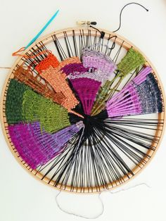 Newest Photo round weaving projects Strategies craftophilia: PROJECT REPORT 7 – Circular Weaving Pin Weaving, Weaving Art, Tapestry Weaving, Loom Weaving, Basket Weaving, Circular Weaving, Ideias Diy, Textile Fiber Art, Weaving Projects