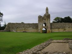 This ruin of a 12th century castle in the grounds of a mansion, was built as a fortified palace and was in the ownership of the Church until the 16th century. Now a ruin in the grounds of the New Sherborne Castle. After withstanding two sieges during the Civil War, only the Southwest Gatehouse and parts of the castle, including the Great Tower and the North Range, now survive.