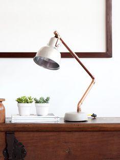 luminária brazo de mesa em concreto e cobre