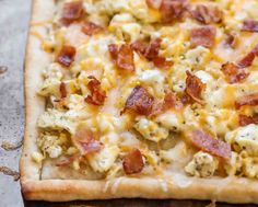 This Bacon Breakfast Pizza is a cheesy breakfast recipe topped with eggs, bacon and your favorite breakfast ingredients! It's simple, quick and is easily customized based off of your favorite morning ingredients. Father's Day Breakfast, Sausage Breakfast, Breakfast Casserole, Breakfast Strata, Breakfast Ideas, Breakfast Carbs, Breakfast Enchiladas, Teacher Breakfast, Pizza Casserole