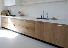 Grijze gietvloer met houten keuken