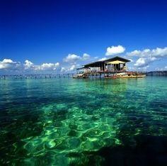 仙本那的小屋 。仙本那原本只是马来西亚一座小渔村,不过,现在它已发展成为著名的海底世界旅游中心了。