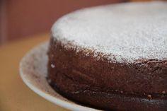La torta 5 minuti al cioccolato è un dolce che si prepara in pochissimi minuti e senza l'utilizzo di tanti utensili. Ecco come realizzarla